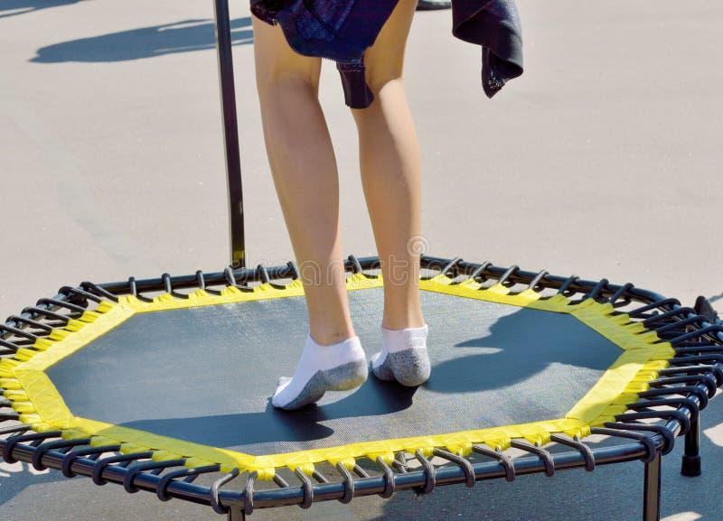 Het springen op een elastische trampoline royalty-vrije stock foto