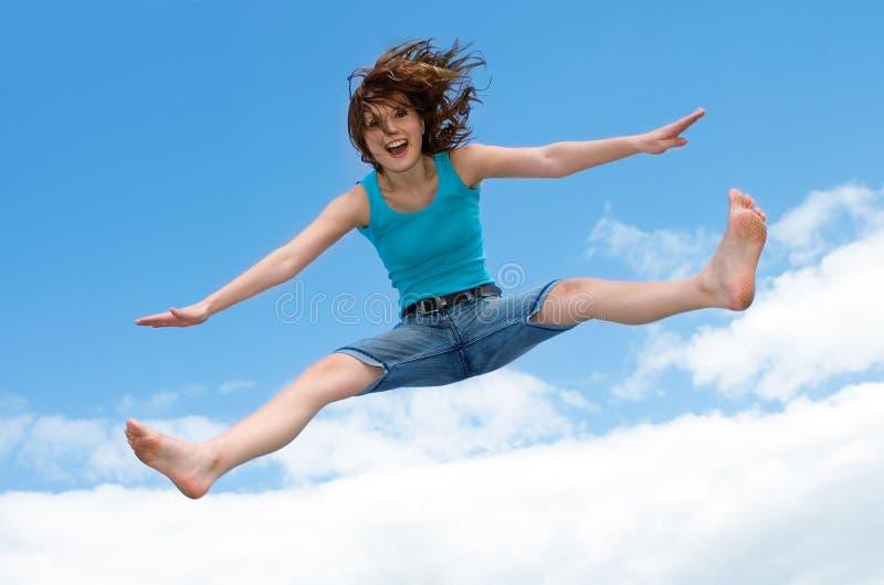 Het springen op een trampoline stock fotografie