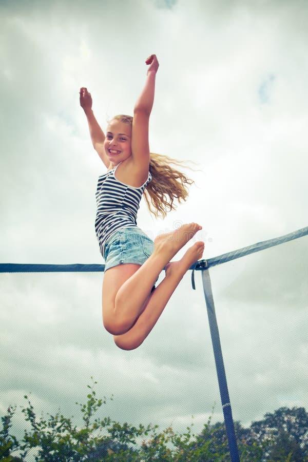 Het springen op een trampoline royalty-vrije stock afbeelding