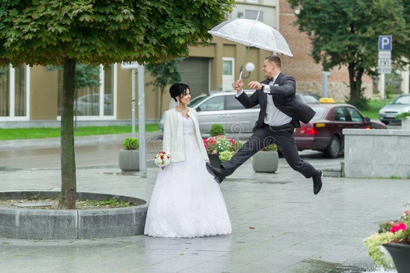 Het springen uit geluk op een huwelijksdag