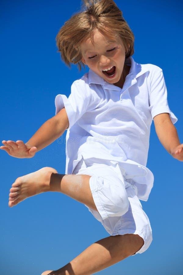 Het springen van de jongen midair stock fotografie