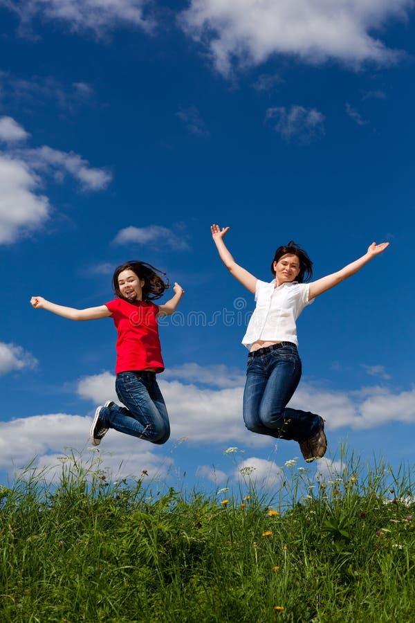 Het springen van de moeder en van de dochter royalty-vrije stock fotografie