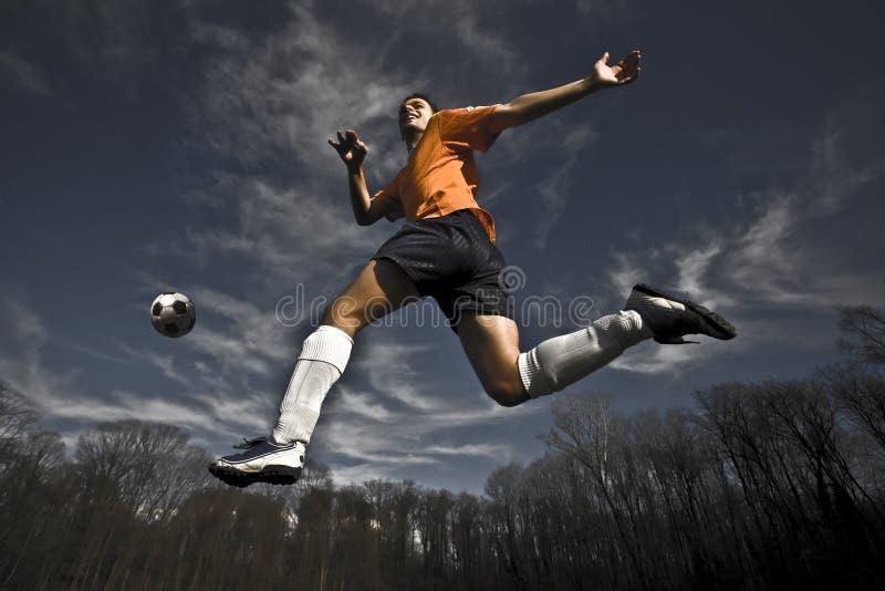 Het springen van de voetballer stock foto's