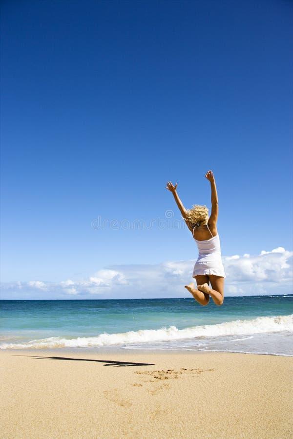 Het springen van de vrouw. royalty-vrije stock afbeelding