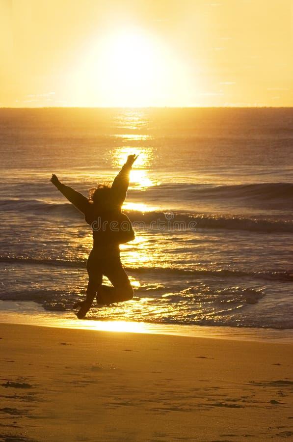 Het Springen van de vrouw (een Nieuw Begin) stock afbeeldingen