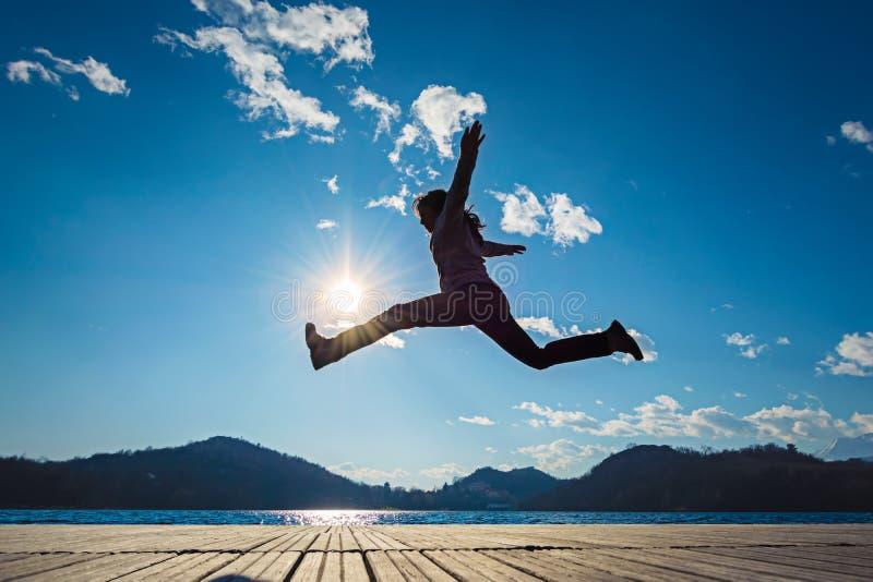 Download Het Springen Van Het Meisje Stock Afbeelding - Afbeelding bestaande uit levensstijl, mensen: 54087321