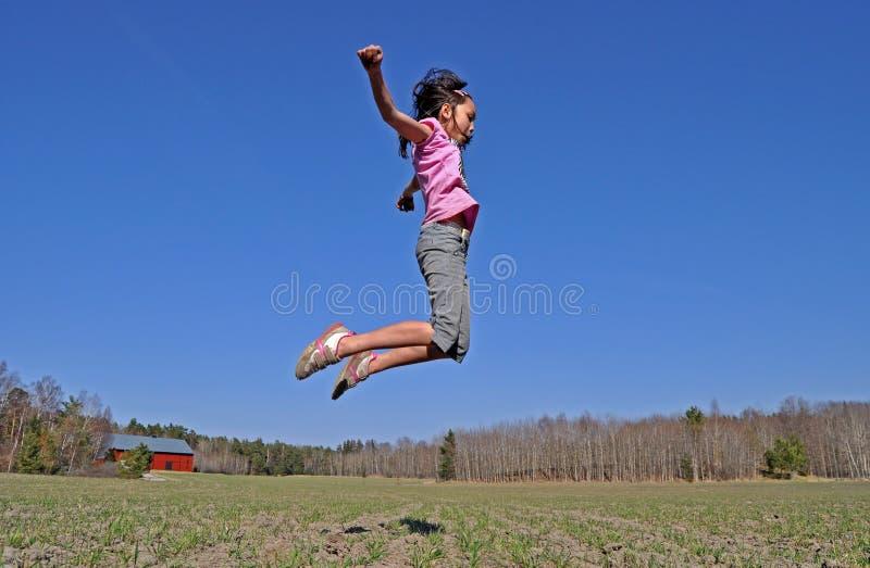 Het springen van het meisje royalty-vrije stock afbeeldingen