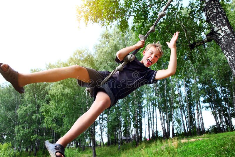 Het springen van jong geitjebungee stock foto's