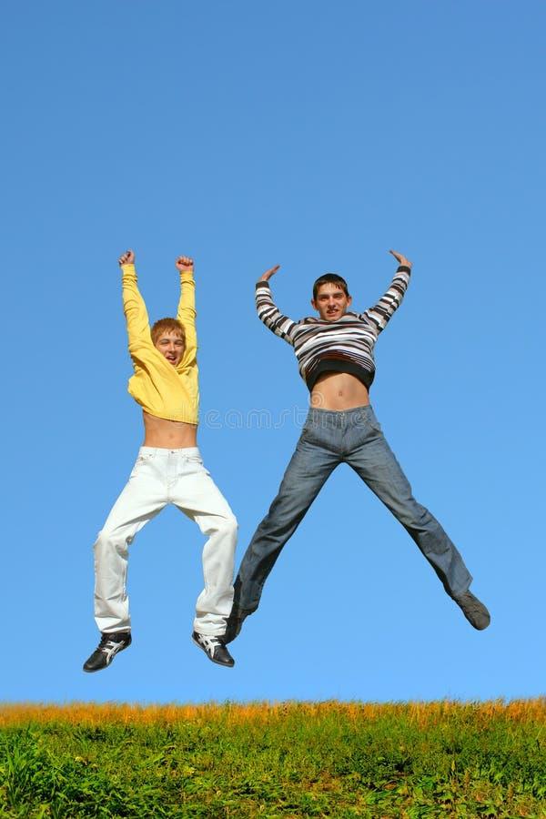 Het springen van jongens stock afbeeldingen
