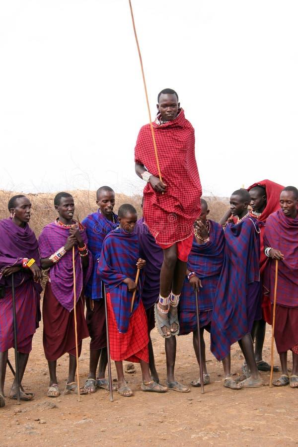 Het springen van Masai stock afbeelding