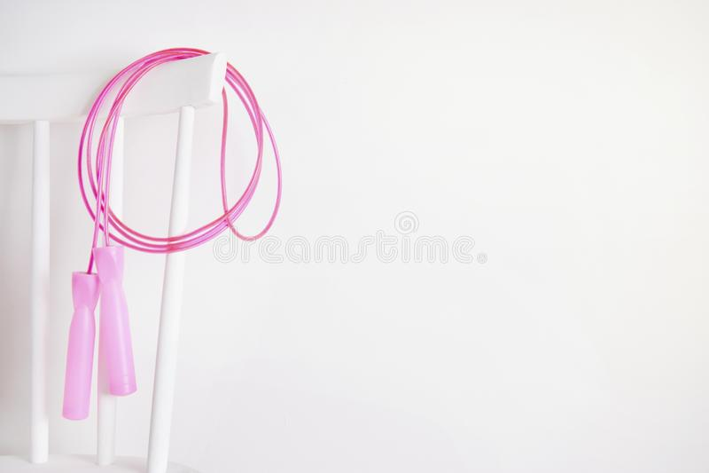 Het springen van overslaande roze kabel voor geschiktheid op witte achtergrond Gezond stock foto