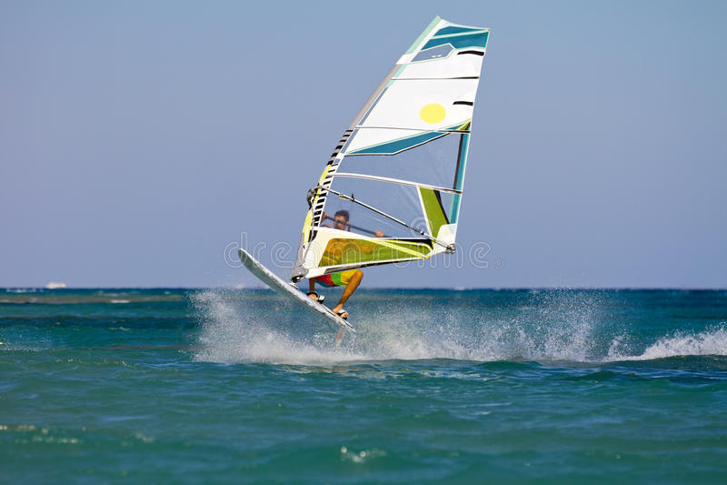Het springen van Windsurfer stock foto's