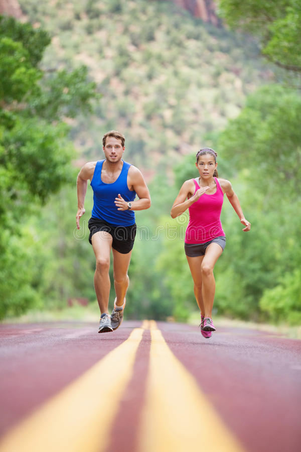 Het sprinten van lopend paar op weg die sport uitoefenen stock afbeelding