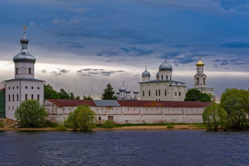 Het St George (Yuriev) Orthodoxe Mannelijke Klooster op de banken o stock afbeelding