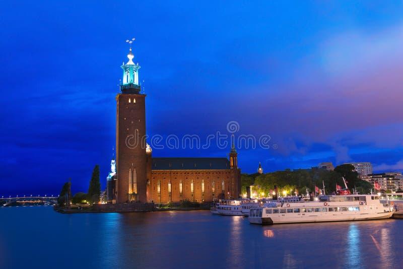 Het stadhuis en de boten van Stockholm bij nacht zweden royalty-vrije stock foto