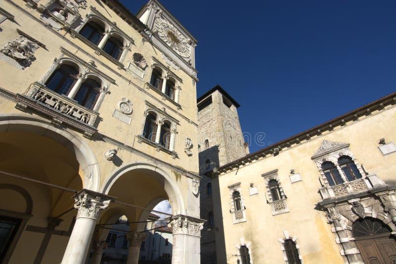 Het stadhuis en de burgertoren in Belluno stock afbeeldingen