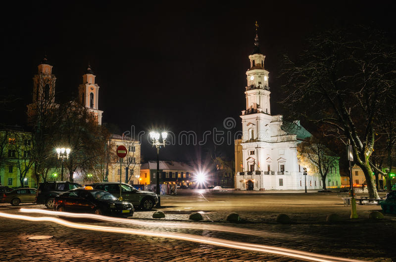 Het Stadhuis, Francis Xavier Church bij nacht, Kaunas, Litouwen stock foto