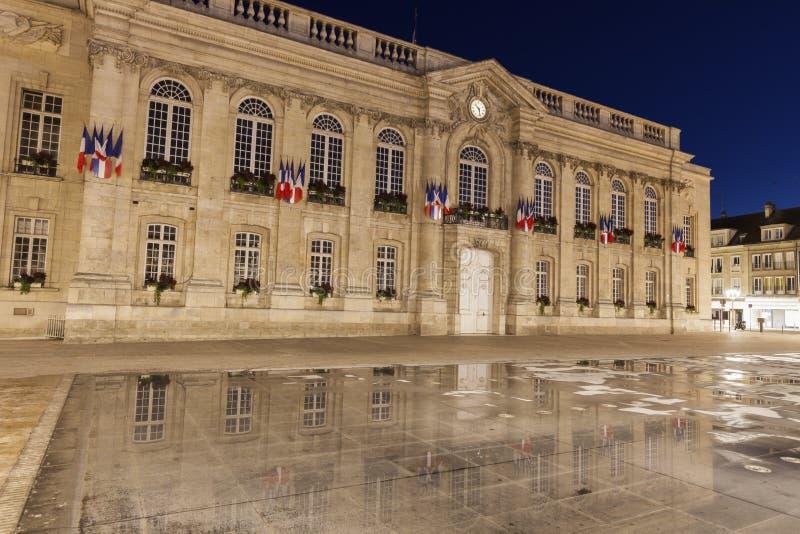 Het Stadhuis van Beauvais bij nacht stock foto's