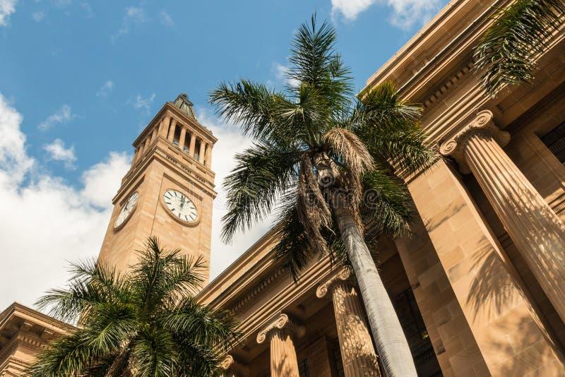 Het Stadhuis van Brisbane met klokketoren en palmen royalty-vrije stock afbeeldingen