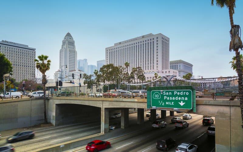 Het Stadhuis van Los Angeles en Snelweg, Los Angeles van de binnenstad, Californië, de Verenigde Staten van Amerika stock fotografie