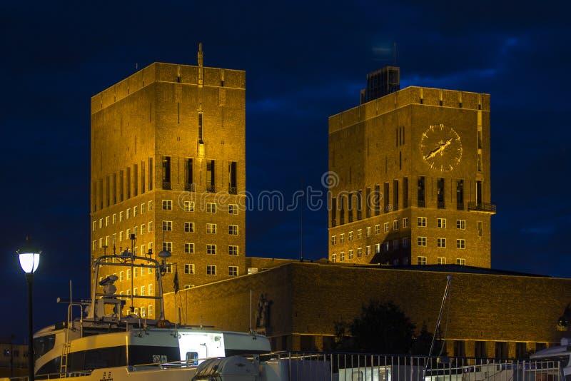 Het Stadhuis van Oslo bij nacht, Noorwegen royalty-vrije stock foto's
