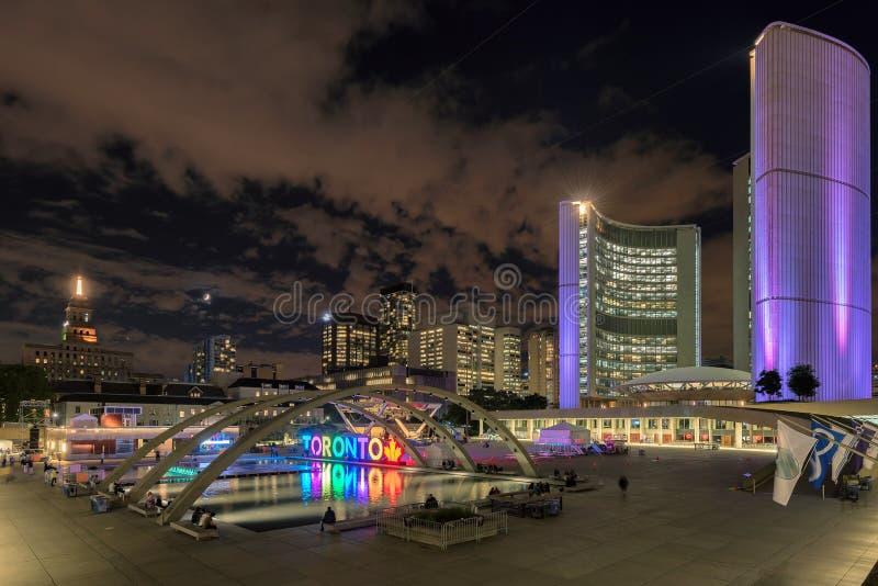 Het Stadhuis van Toronto binnen de stad in bij nacht, Toronto, Ontario, Canada royalty-vrije stock foto's