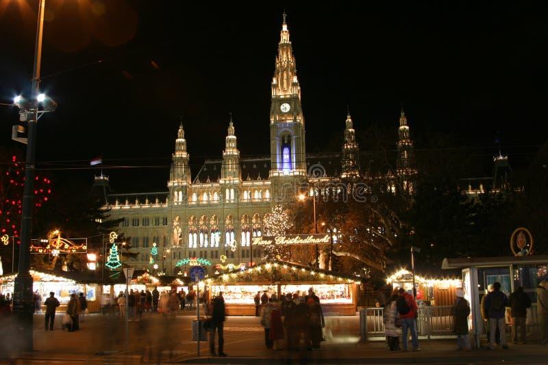 Het stadhuis van Wenen in de nacht, de tijd van Kerstmis royalty-vrije stock afbeelding