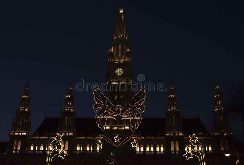 Het stadhuis van Wenen in de nacht van de Kerstmistijd royalty-vrije stock foto