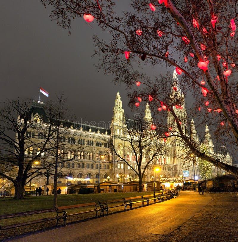 Het Stadhuis van Wenen en Kerstmismarkt bij nacht royalty-vrije stock fotografie