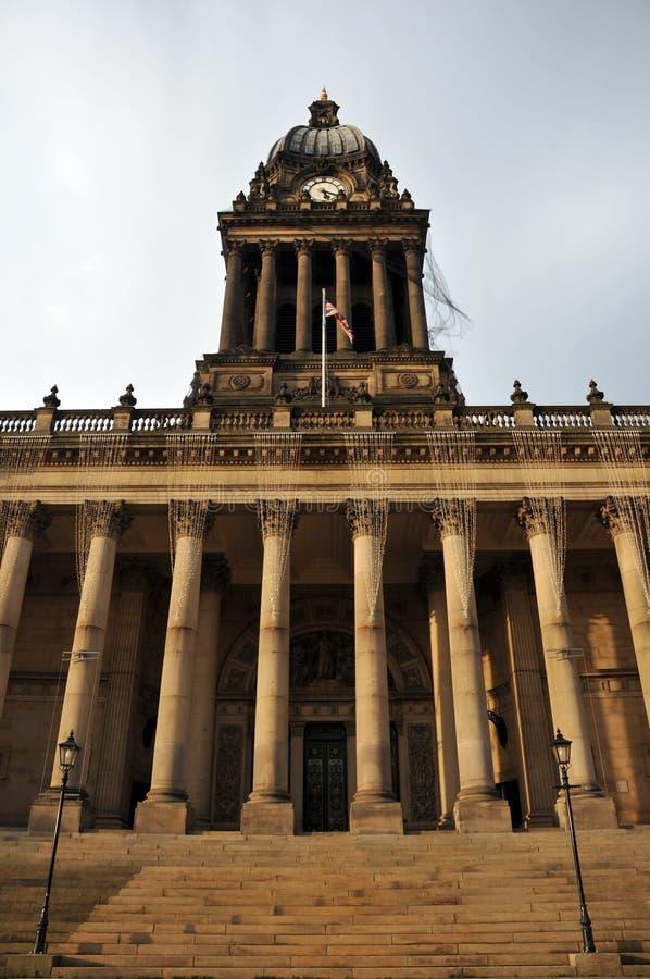 Het stadhuis vooraanzicht van Leeds met kolommenstappen en klokketoren royalty-vrije stock foto