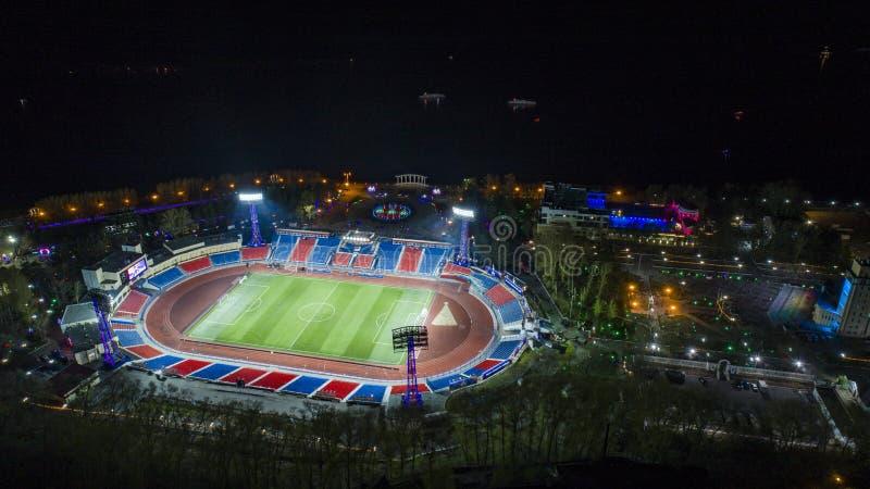 Het stadion hoogste mening van Khabarovsklenin, nachtstad stock foto
