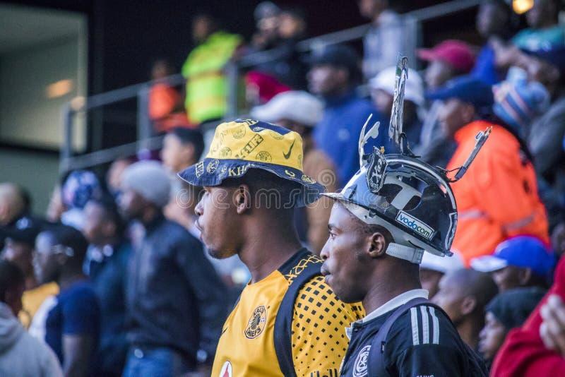 Het STADION van CAPE TOWN, ZUID-AFRIKA, 12 Mei 2018 - Diverse Zuidafrikaanse voetbal rivaliserende verdedigers die PSL-op voetbal stock afbeeldingen