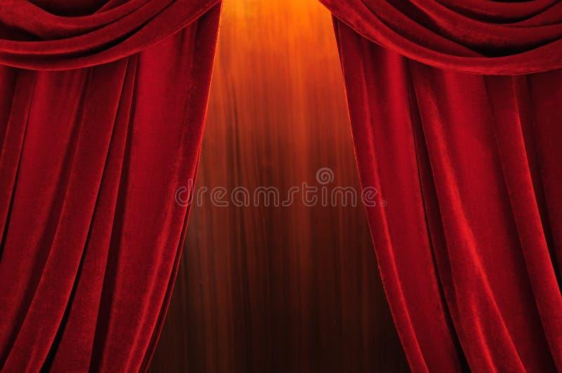 Het stadium rode gordijnen van het theater stock foto's