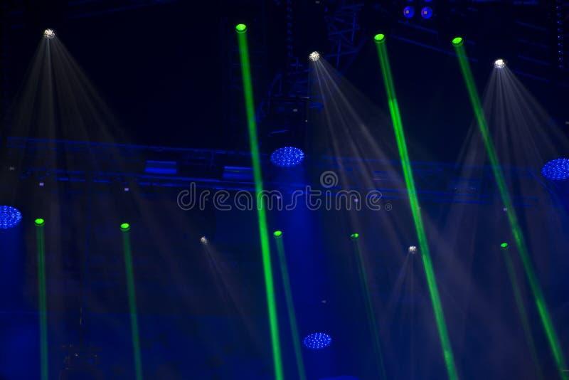 Het stadium steekt aan en schijnwerpers abstracte groenachtig blauwe achtergrond stock afbeelding