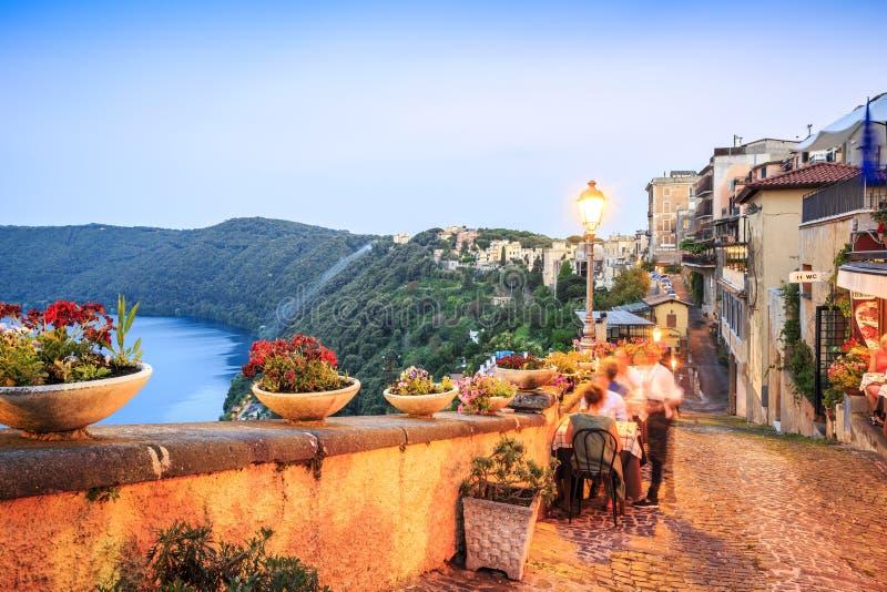 Het stadsleven in Castel Gandolfo, pope& x27; s de zomerresidentie, Italië stock afbeeldingen