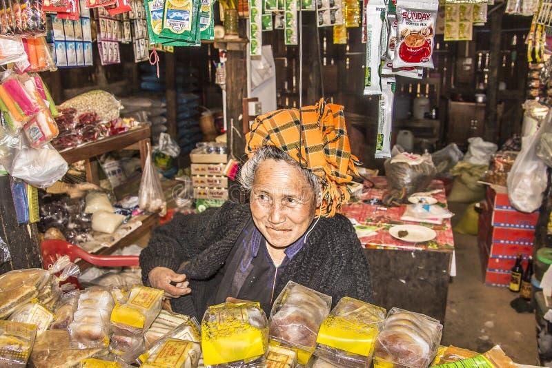 Het stammenvrouw verkopen stock afbeelding