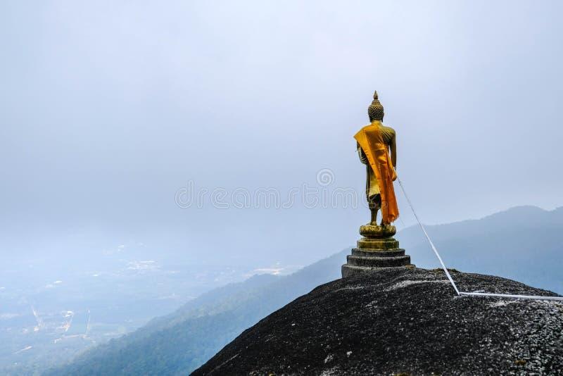 Het standbeeld die van Boedha zich op het punt van de bergmening bevinden stock foto's