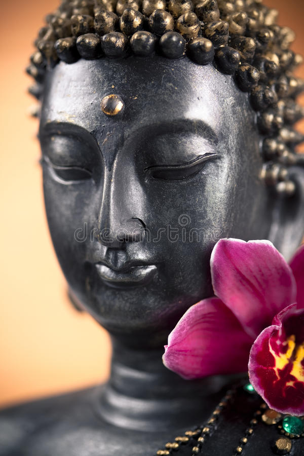 Het standbeeld en de bloem van Boedha stock fotografie