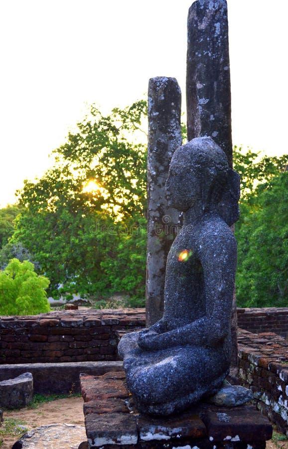 Het standbeeld en de steenpillers van ladingsboedha van Medirigiriya Vatadage, Polonnaruwa, Sri Lanka royalty-vrije stock foto's