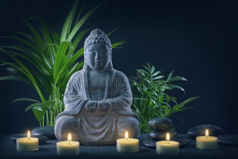 Het standbeeld en de stenen van Boedha stock foto
