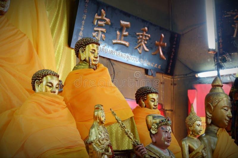 Het standbeeld Heilige dingen van Boedha die de Boeddhisten respecteren stock afbeeldingen