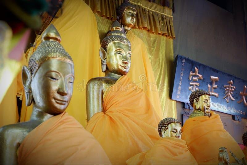 Het standbeeld Heilige dingen van Boedha die de Boeddhisten respecteren stock foto's