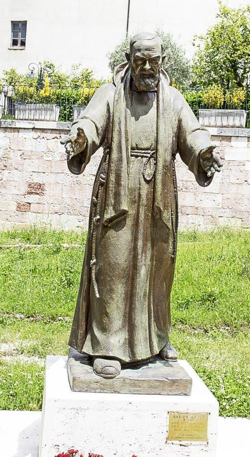 Het standbeeld van aalmoezenierpio bij de ingang van de stad stock afbeeldingen