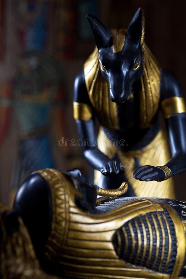 Het standbeeld van Anubis met de brij van overlijdt op een zwarte backg royalty-vrije stock afbeeldingen
