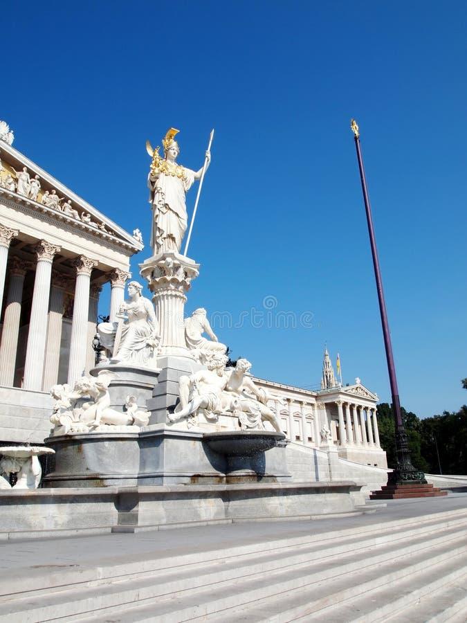 Het standbeeld van Athena en het Oostenrijkse parlement royalty-vrije stock afbeelding