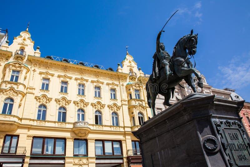 Het standbeeld van Ban Jelacic richtte on1866 en de mooie voorgevels van de gebouwen op het belangrijkste stadsvierkant in op Zag stock afbeeldingen