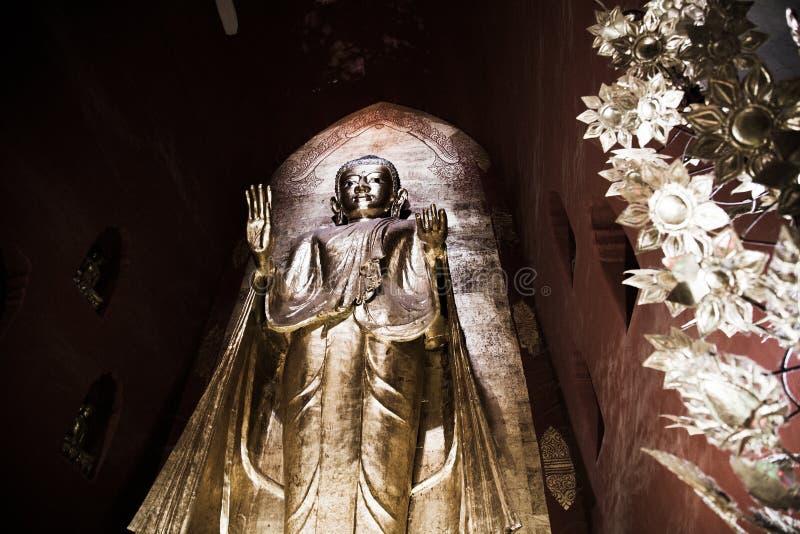 Het standbeeld van Boedha, Ananda-tempel, Bagan stock foto's