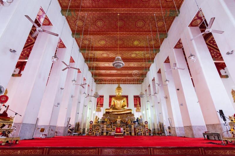 Het standbeeld van Boedha binnen de Gouden tempel van Boedha in Bangkok, Thailand royalty-vrije stock foto