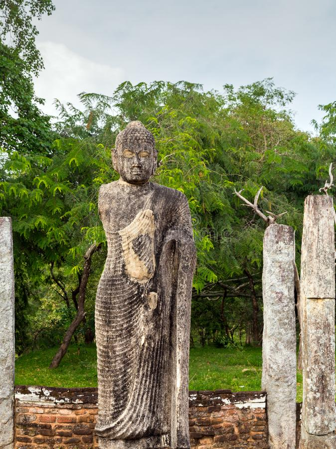 Het Standbeeld van Boedha binnen het gebouw bij de stad van Atadage - Polonnaruwa- stock afbeelding