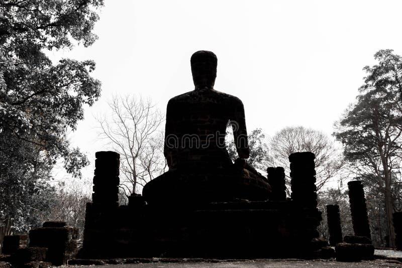 Het standbeeld van Boedha van de silhouetmeditatie stock foto